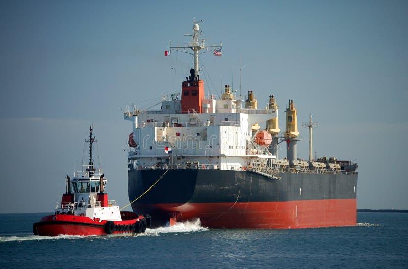 Frachtschiff mit Schlepper lizenzfreie stockfotos