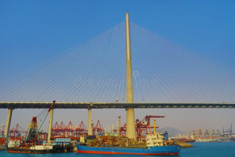 Frachtschiff mit Stonecuttersbrücke lizenzfreies stockbild