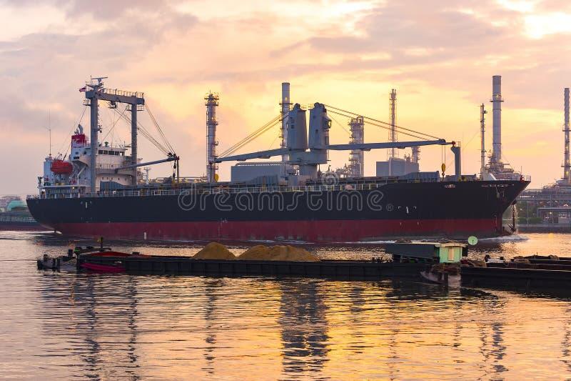Frachtschiff neben der Erdölraffinerie, im Bangchak-Bereich von Phra lizenzfreies stockfoto