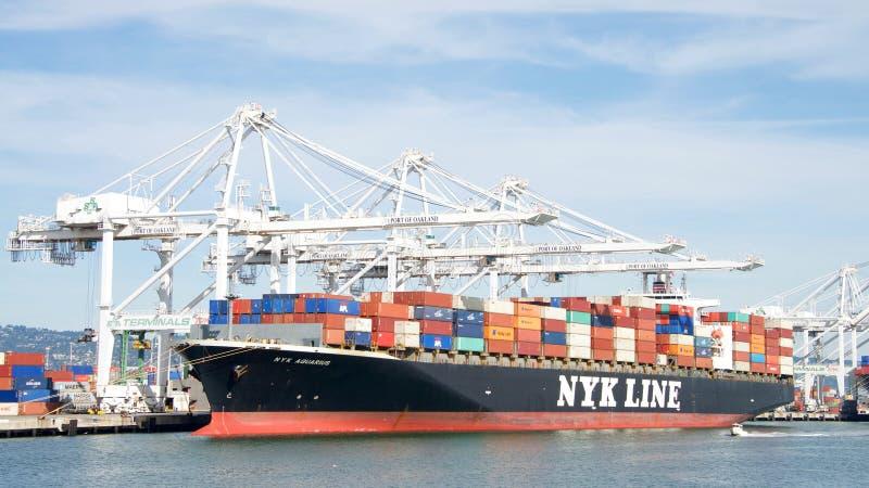 Frachtschiff NYK WASSERMANN-Laden am Hafen von Oakland stockfotografie