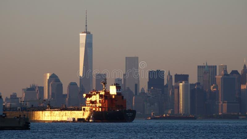 Frachtschiff und New York City stockbild