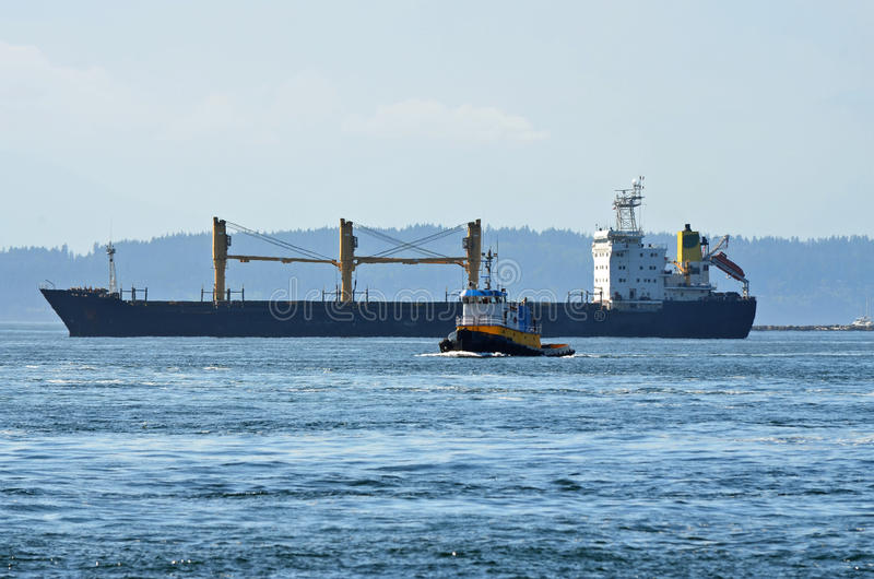 Frachtschiff und Schlepper-Boot lizenzfreie stockfotografie