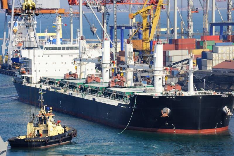 Frachtschiff und Schlepperboot stockfotografie