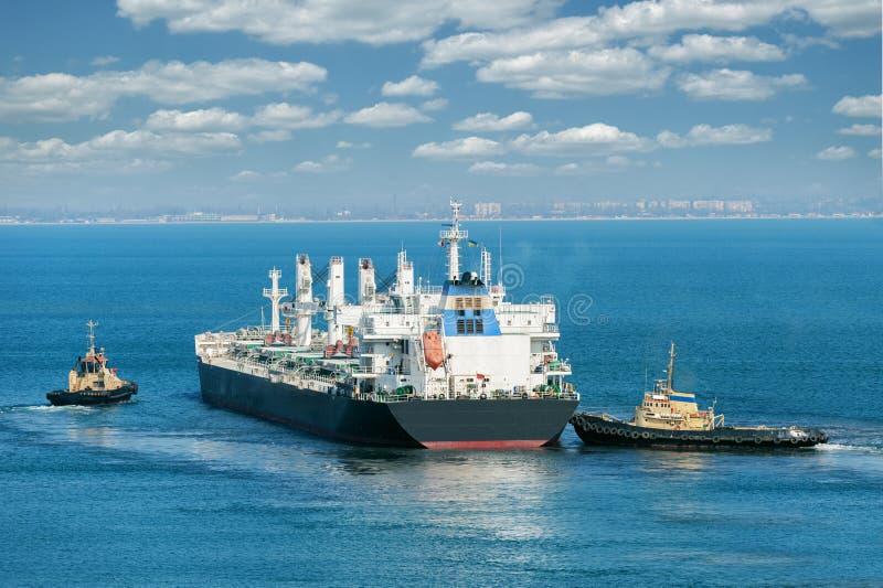 Frachtschiff und Schlepper stockfotografie