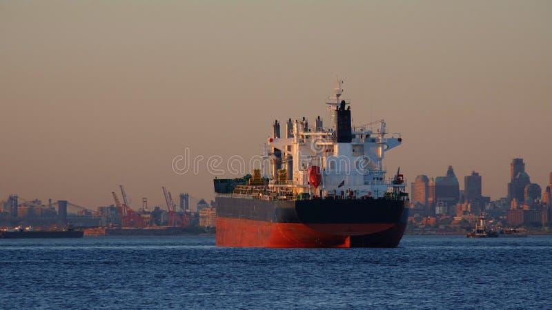 Frachtschiff und Wasser stockbilder