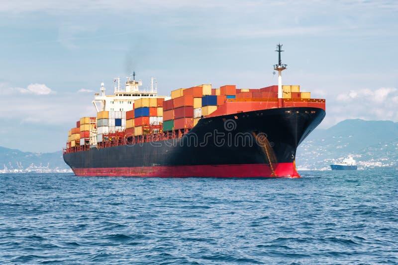Frachtschiff voll der Behälter stockbilder