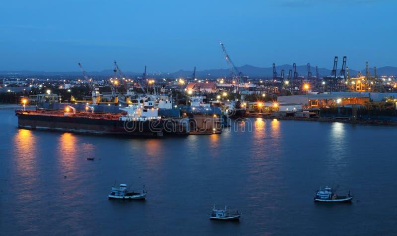 Frachtschiff zur twilight Zeit. stockfotos