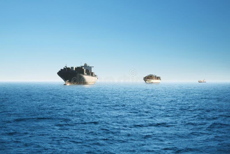 Frachtschiffe in dem Meer Umwelt-, Geschäfts- und Transportkonzept stockbilder
