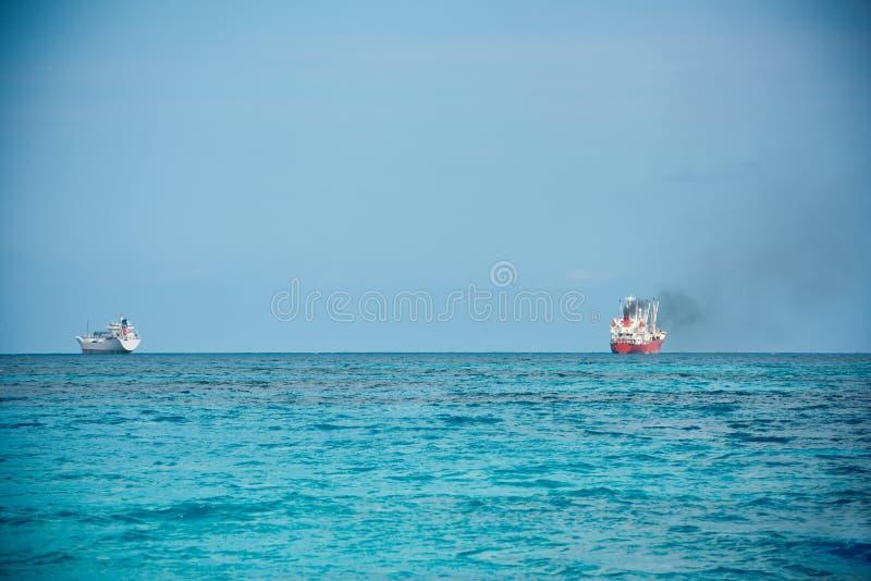 Frachtschiffe, die in den Indischen Ozean segeln lizenzfreie stockfotos