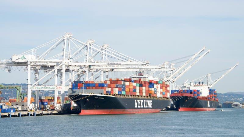 Frachtschiffe NYK WASSERMANN- und APL-KOREA Laden am Hafen von Oakland stockfotografie