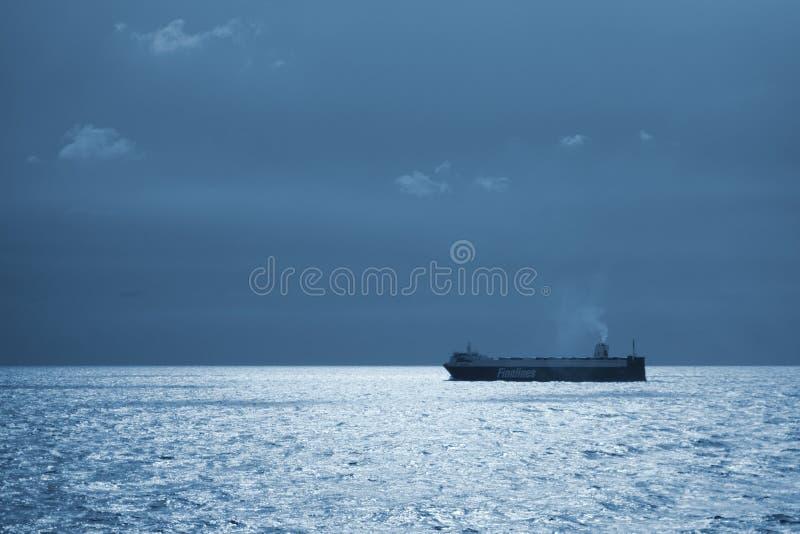 Frachtschiffsegeln in der Ostsee lizenzfreie stockfotografie