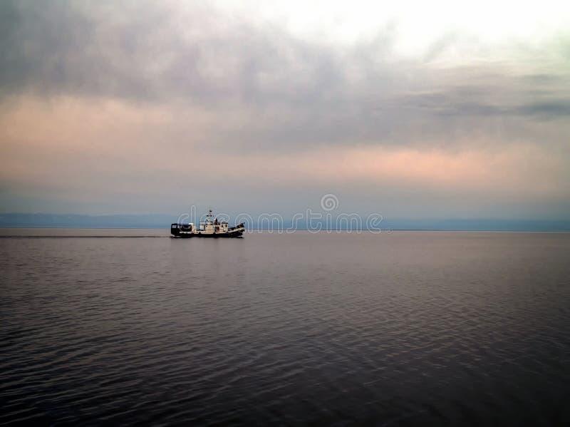 Frachtschiffsegeln am späten Nachmittag mit mit Sturmwolken Gefährliches Wetter stockfotografie