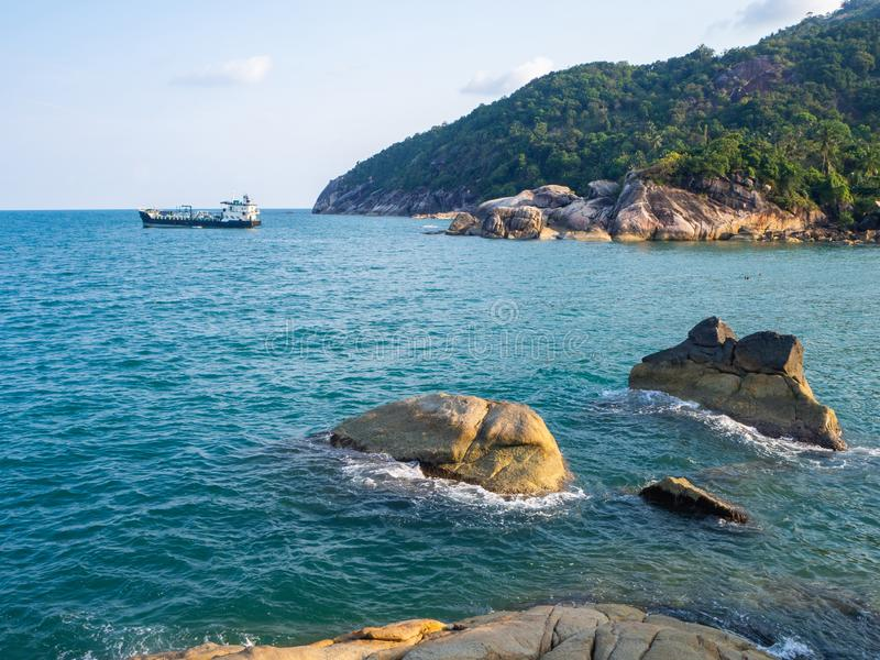 Frachttanker am Strand Haad als Sadet Koh Phangan stockbilder