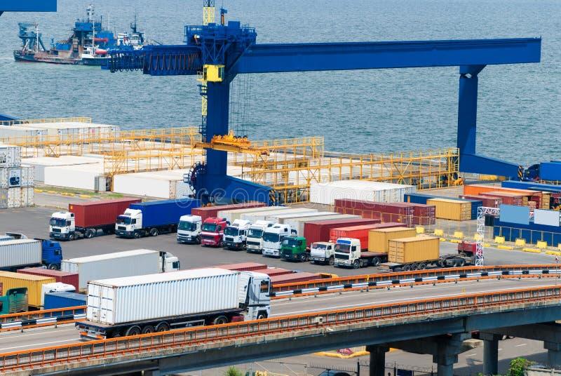 Frachttransport-LKW und -schiff stockfotografie
