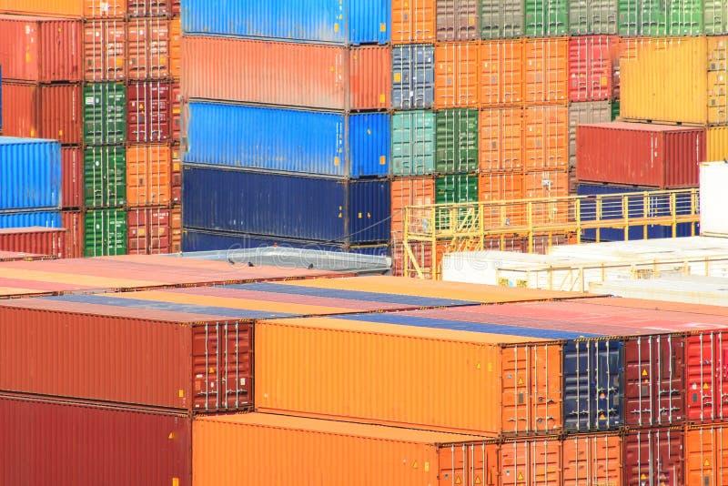 Frachtversandverpackungen an den Docks stockbilder