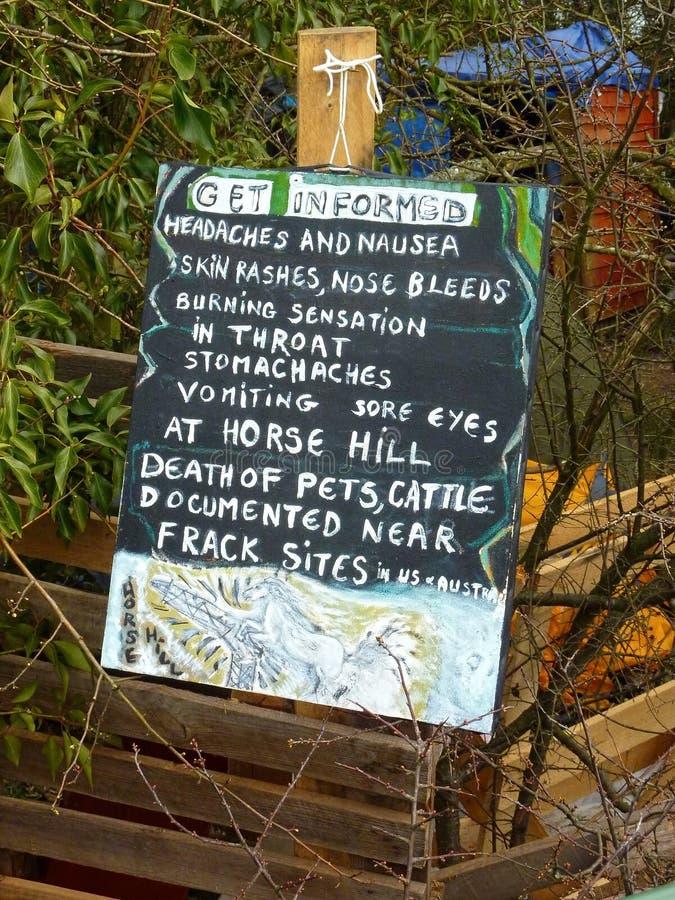 Fracking Προειδοποιητικό σημάδι Hill αλόγων, Surrey στοκ φωτογραφία