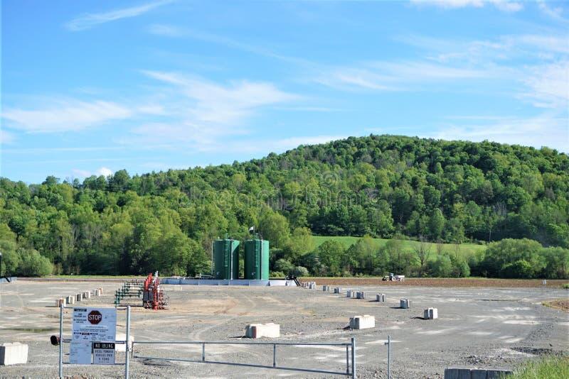 Frackingsstootkussen op landbouwgrond in het land stock afbeelding