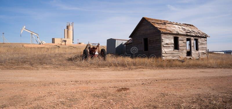 Frackingsverrichting op Vorige Landbouwgrond Verlaten Cabine wordt voortgebouwd die royalty-vrije stock afbeeldingen