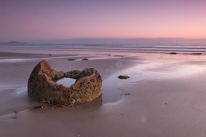 Fractie van een kei op de oceaankust bij zonsopgang royalty-vrije stock afbeelding