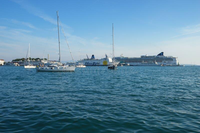 FRACTURA, CROACIA - 3 DE SEPTIEMBRE DE 2016: Naves en el puerto de la fractura, Croacia imágenes de archivo libres de regalías