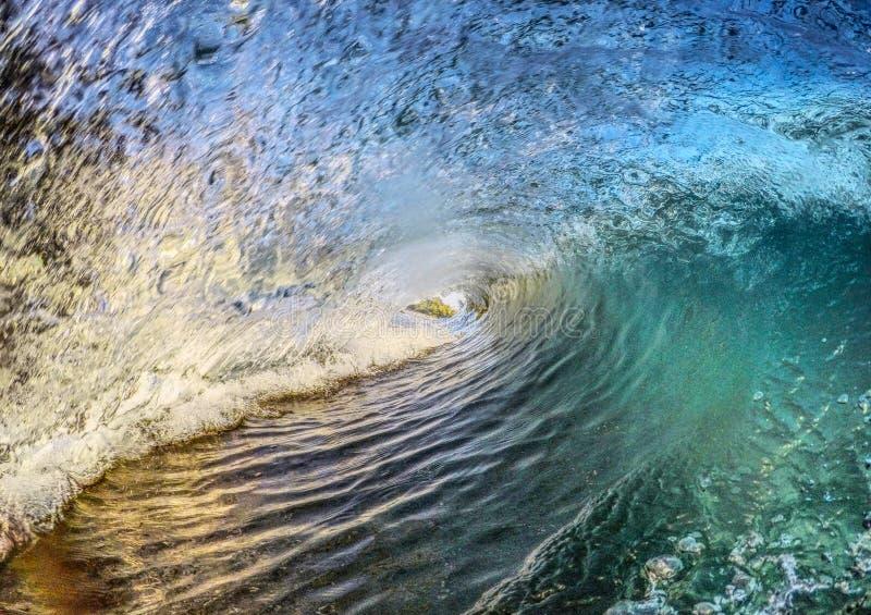 Fractura de la ola oceánica tropical fotos de archivo