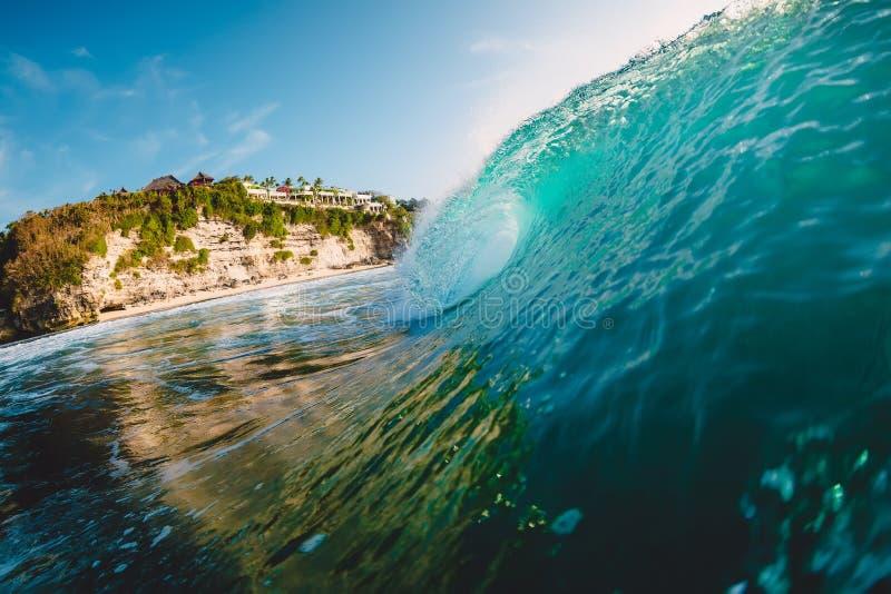 Fractura de la onda azul Onda del barril para practicar surf fotografía de archivo