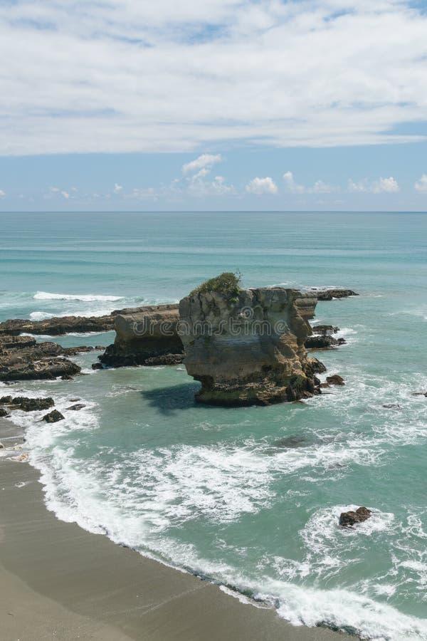 Fractura de la roca en orilla de mar sobre el mar de Tasman fotografía de archivo