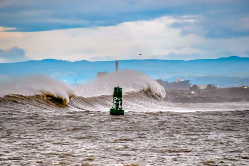 Fractura de las ondas de la tormenta fotografía de archivo
