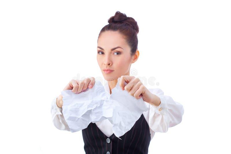 Fractura del contrato Mujer joven furiosa que rasga para arriba foto de archivo