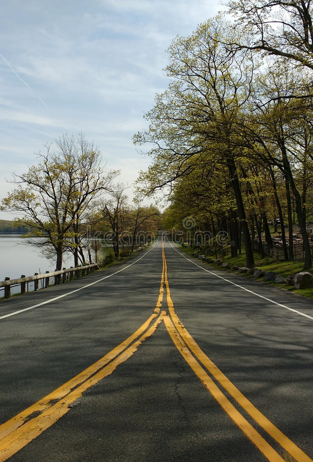 Fractura en el camino en el parque de estado de Harriman, Nueva York, los E.E.U.U. foto de archivo