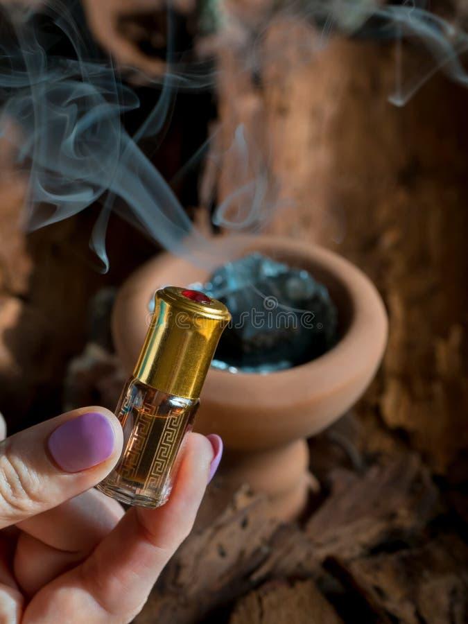 Fragancias árabes del perfume de la esencia o del aceite del agarwood imagen de archivo libre de regalías