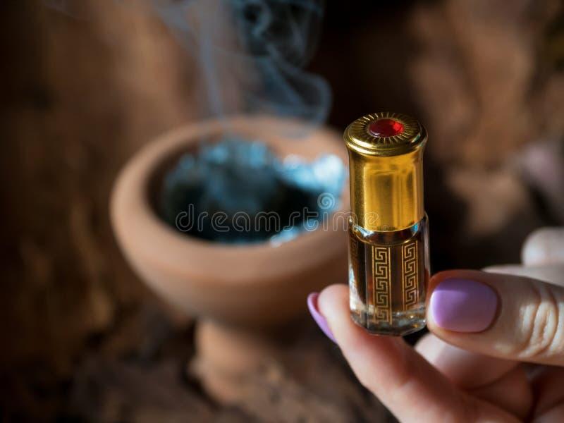 Fragancias árabes del perfume de la esencia o del aceite del agarwood imagenes de archivo