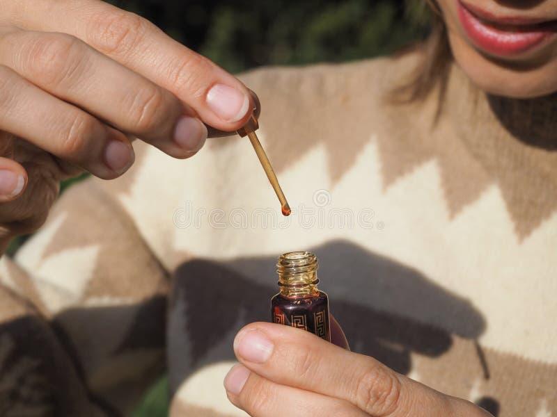 Fragancias árabes del perfume de la esencia del oud o del aceite del agarwood en mini botella fotografía de archivo