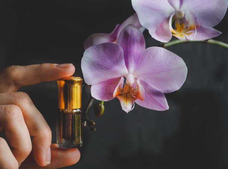 Fragancias árabes del perfume de la esencia del oud o del aceite del agarwood en mini botellas fotos de archivo libres de regalías