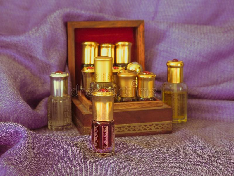 Fragancias árabes del perfume de la esencia del oud o del aceite del agarwood en mini botellas fotografía de archivo libre de regalías