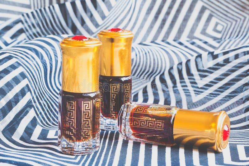 Fragancias árabes del perfume de la esencia del oud o del aceite del agarwood en mini botellas imagen de archivo libre de regalías