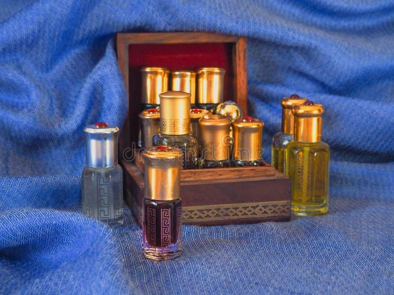 Fragancias árabes del perfume de la esencia del oud o del aceite del agarwood en mini botellas foto de archivo