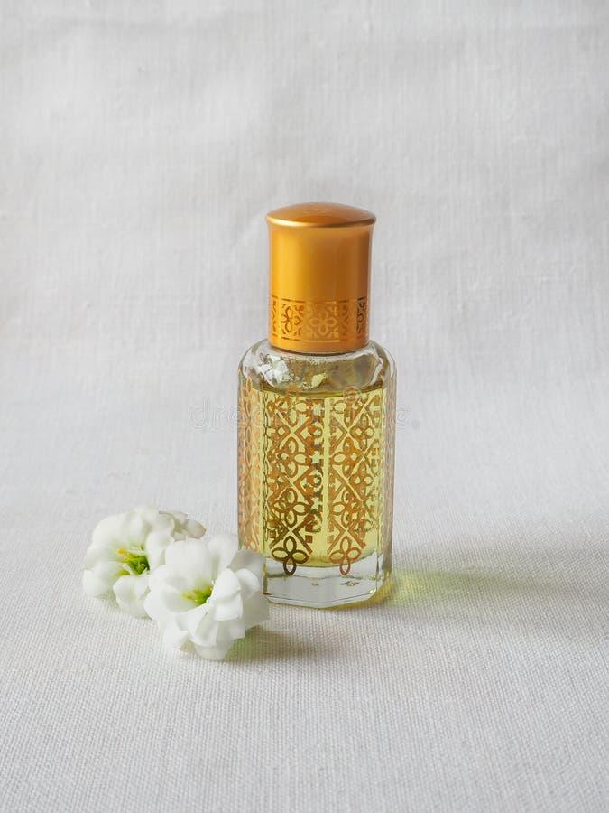 Fragancias árabes del perfume de la esencia del oud o del aceite del agarwood en mini botellas foto de archivo libre de regalías