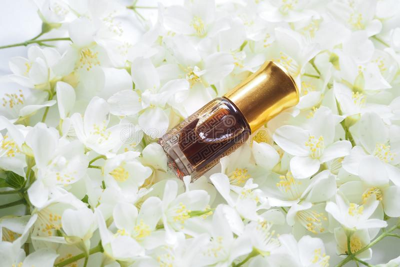 Fragancias árabes del perfume de la esencia del oudh o del aceite del agarwood con el jazmín en mini botella imágenes de archivo libres de regalías
