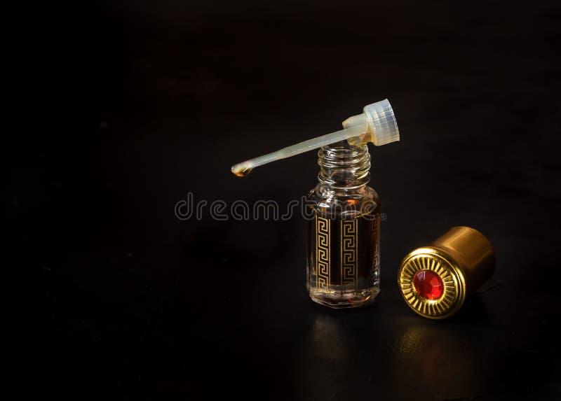 Fragancias árabes del perfume del oud o del aceite del agarwood fotos de archivo