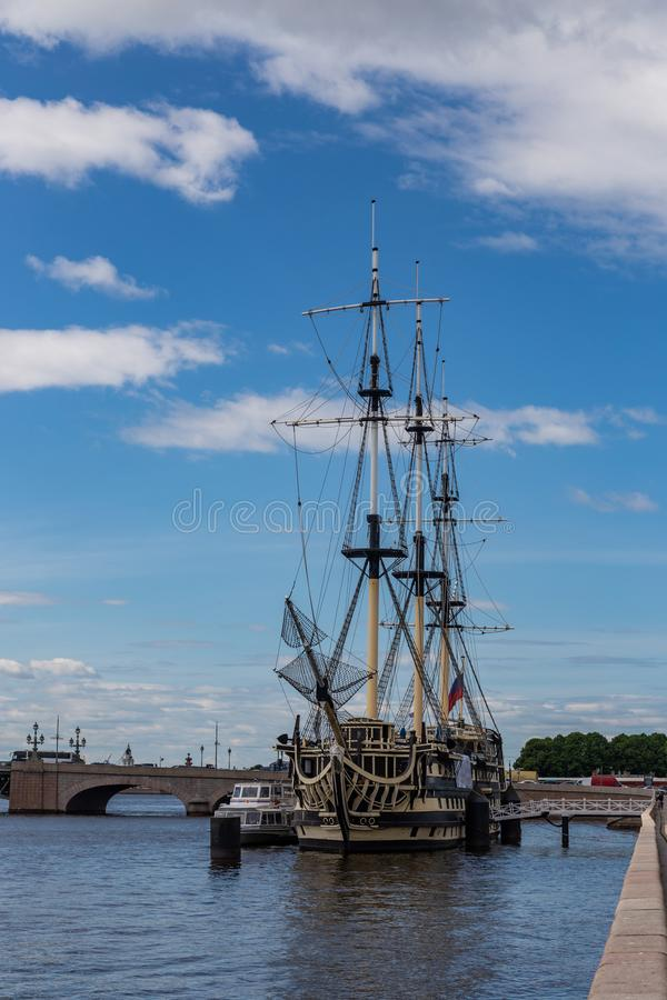 Fragata Grace amarrado na terraplenagem de Petrovskaya St Petersburg Rússia imagem de stock