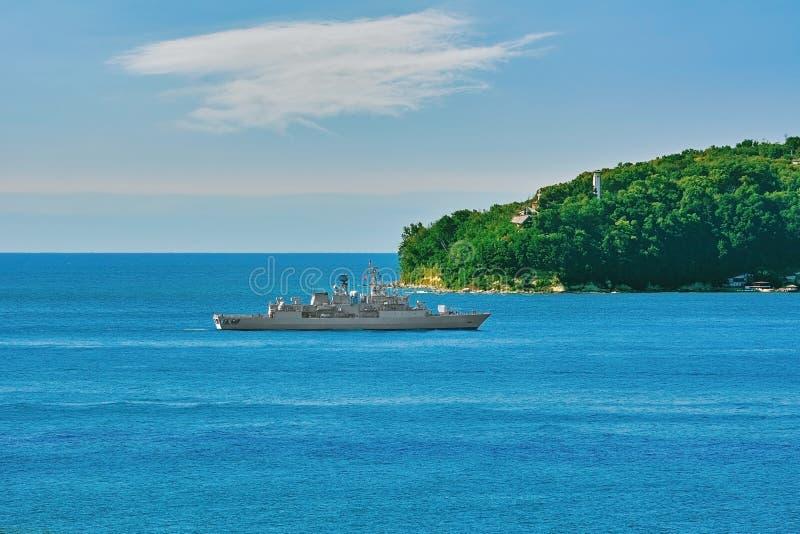 Fragata militar en el mar foto de archivo libre de regalías