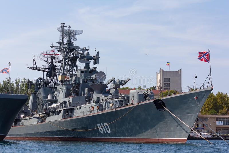 Fragata rusa aguda en Sevastopol imagenes de archivo