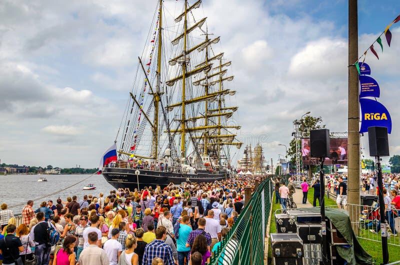 Fragata rusa Kruzenshtern en el puerto de Riga durante regata foto de archivo libre de regalías