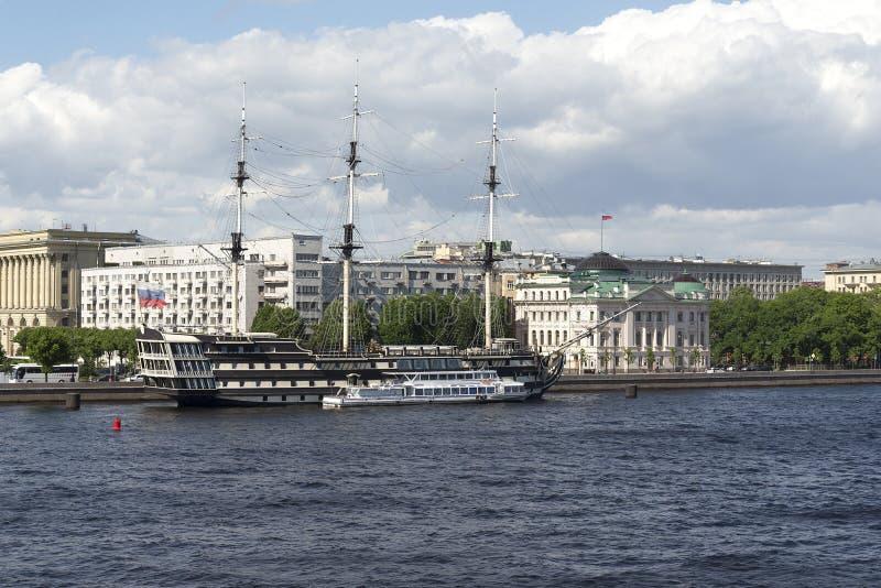 Fragata velha na margem em St Petersburg, Rússia foto de stock