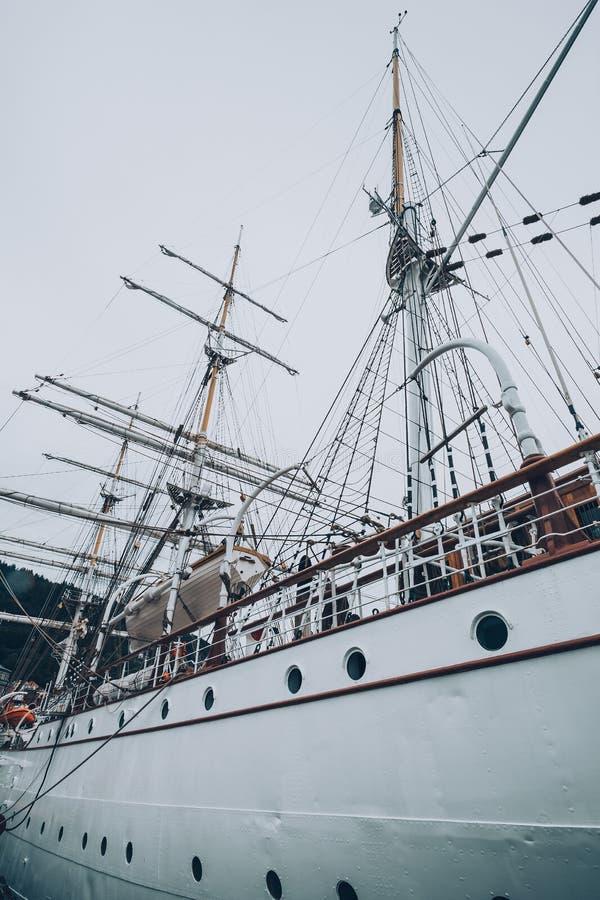 Fragata velha no porto fotografia de stock royalty free
