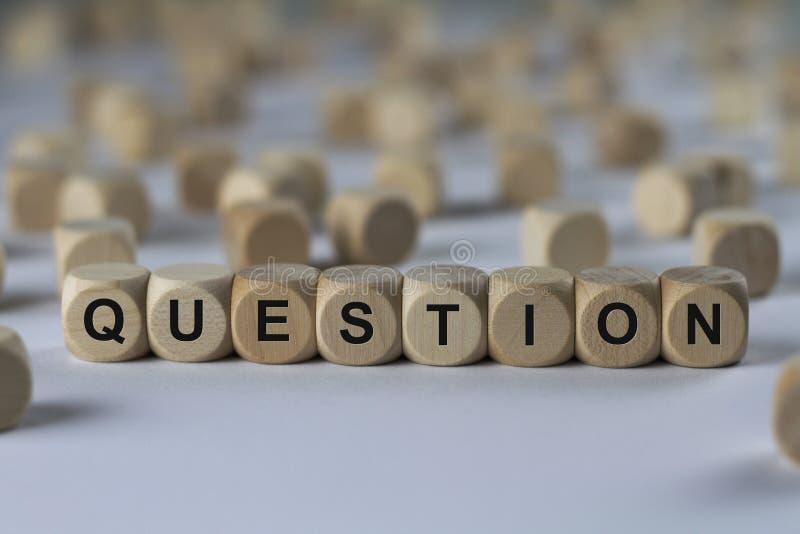 Frage - Würfel mit Buchstaben, Zeichen mit hölzernen Würfeln stockfoto