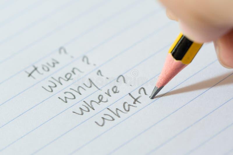 Fragen über Papier stockfoto