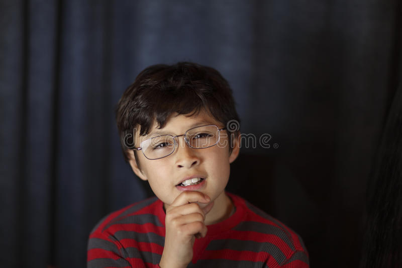 Fragender Junge in den Gläsern lizenzfreies stockbild