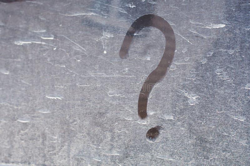 Fragezeichen auf der staubigen Oberfläche stockbild